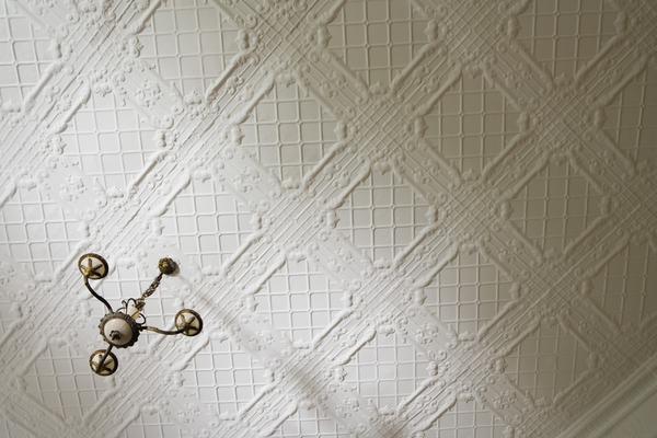 Монтаж плитка на потолок
