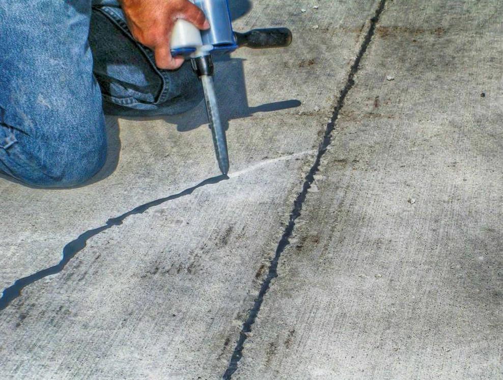Заделывание трещин в полу герметиком
